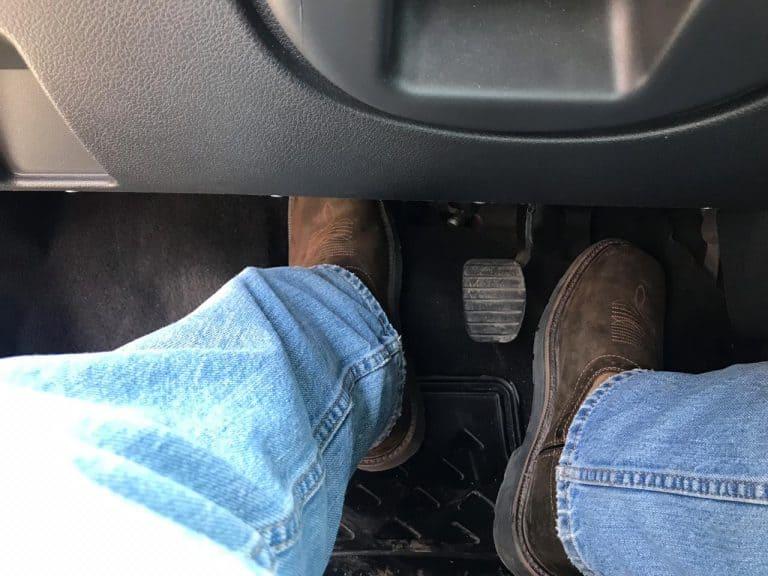 Pisando el pedal del clutch