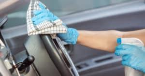 Desinfectando la cabina del auto